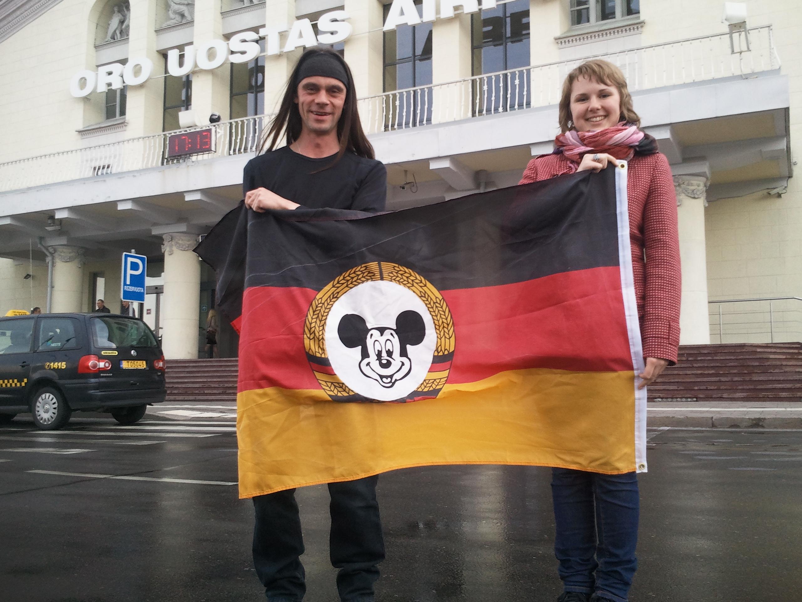 Botschafter on Survival und Frau Consul am Flughafen Vilnius